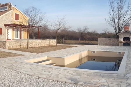 Kuća s bazenom na građevinskom zemljištu od 3.500m2 - Poljica Brig