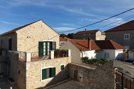 Prekrasna kamena kuća ( duplex )  sa vrtom i pomoćnim objektom - 70 m od mora